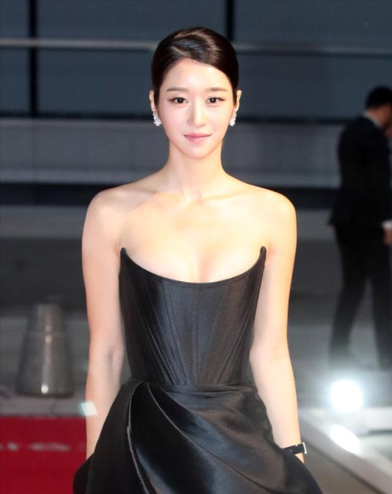 배우 서예지가 지난해 10월 부산에서 열린 영화상 시상식에 앞서 레드카펫을 밟고 있다. [뉴스1]