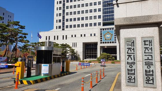 대전지법 형사5단독 박준범 판사는 자신의 학위를 미국 명문대라고 속여 예비장모에게서 수천만원을 받아 가로챈 40대 남성에게 징역 1년 6월을 선고하고 법정 구속했다. 신진호 기자