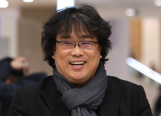 봉준호 감독이 지난해 2월16일 오후 인천국제공항 2터미널을 통해 귀국하고 있다. 연합뉴스