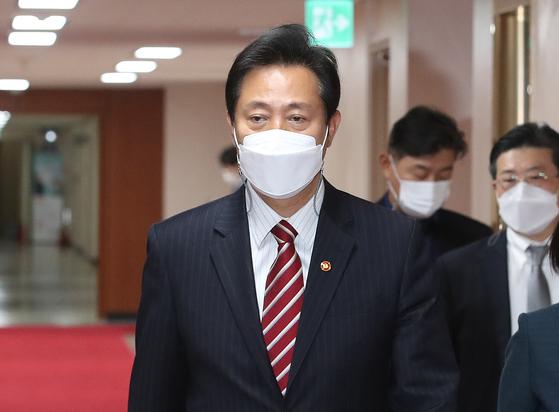 오세훈 서울시장이 13일 오전 서울 종로구 정부서울청사에서 열린 국무회의에 참석하고 있다. 임현동 기자