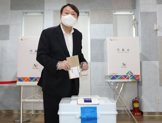 윤석열 전 검찰총장이 지난 2일 오전 서울 서대문구 남가좌1동주민센터에 마련된 사전투표소에서 투표를 하고 있다. 뉴스1