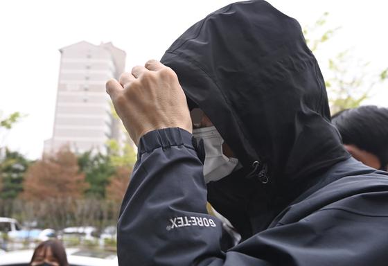 한국토지주택공사(LH) 전북본부 직원 A씨가 11일 오전 경기도 안산시 수원지방법원 안산지원에서 열리는 영장실질심사에 출석하고 있다. 뉴시스