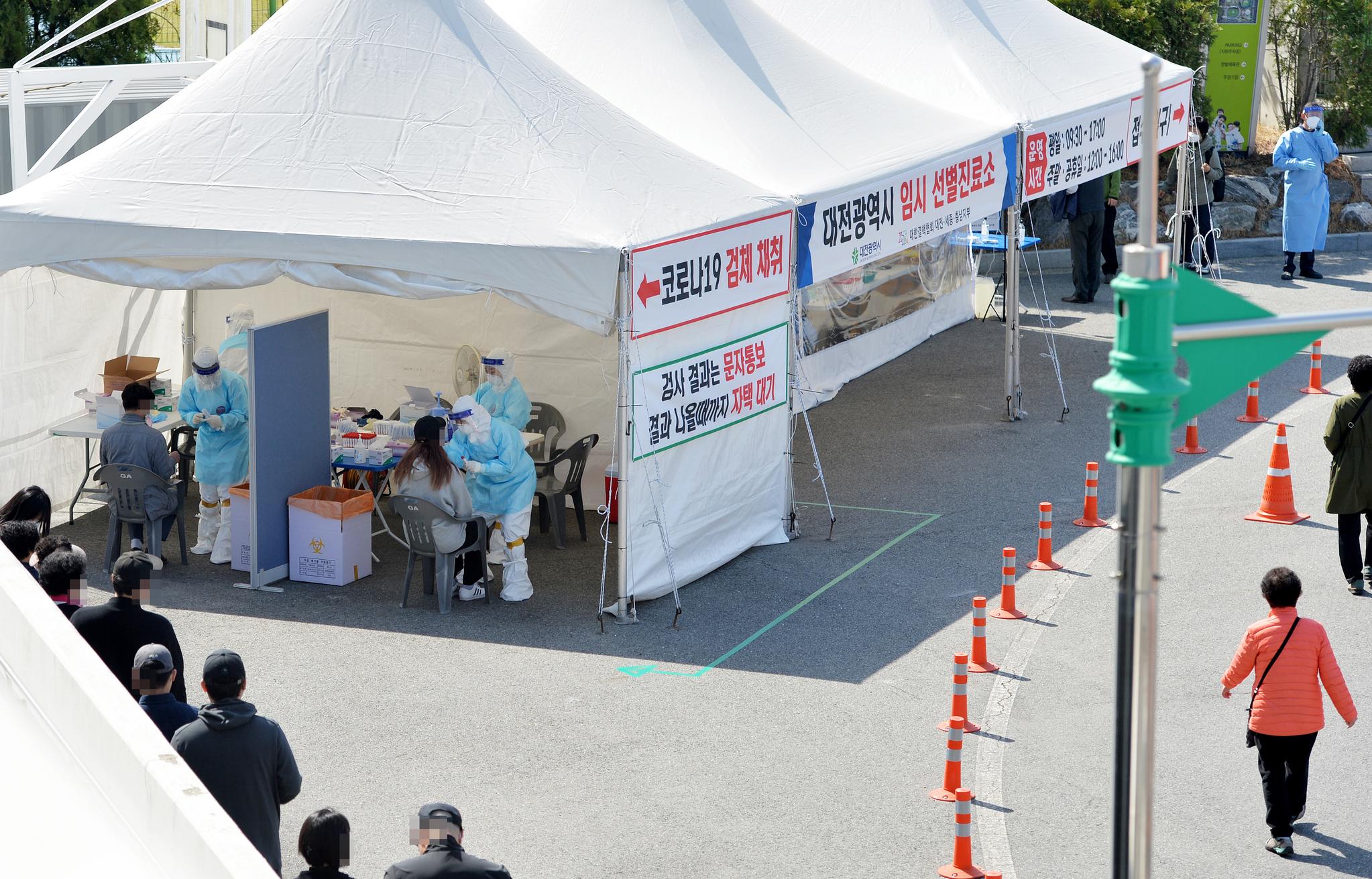 신종 코로나바이러스 감염증(코로나19) 확산 비상이 걸린 3월 31일 대전 한밭체육관 앞에 마련된 코로나19 선별진료소에서 의료진들이 시민들을 분주히 검사하고 있다. 중앙포토