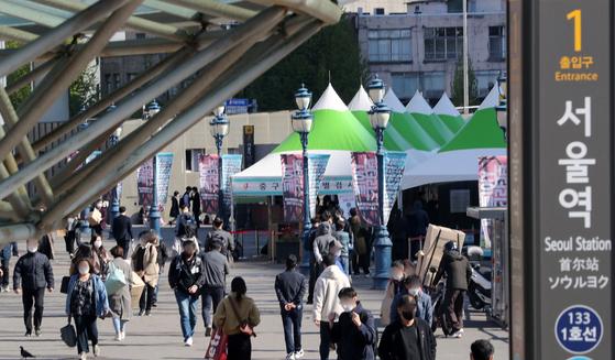 14일 오전 서울역 광장에 마련된 중구 임시선별진료소에서 시민들이 검체검사 순서를 기다리고 있다. 뉴스1