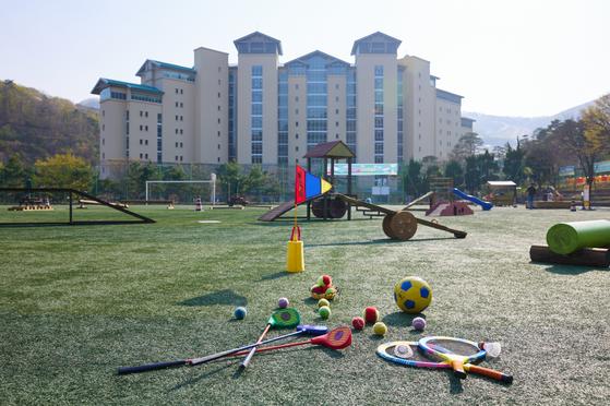 푸르른 봄날 아이와 함께 건강한 힐링이 가능한 초록 잔디구장에 친환경 어린이 놀이터를를 오픈한다.