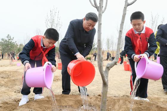 지난 2일 시진핑(가운데) 중국 국가주석이 베이징 차오양구에서 열린 식목행사에 참여해 나무를 심은 뒤 물을 주고 있다. 시 주석은 이날 행사 이후 11일째 관영 매체에 모습을 드러내지 않은 채 칩거에 들어갔다. [신화=연합뉴스]