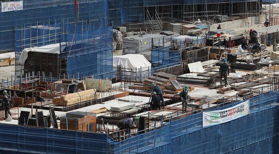 서울의 한 아파트 신축 공사현장에서 일하는 건설노동자들. 뉴스1