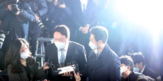 4일 사의를 표명한 윤석열 검찰총장이 직원들과 인사를 나눈 뒤 대검찰청 청사를 나서며 취재진의 질문을 받고 있다. 김경록 기자