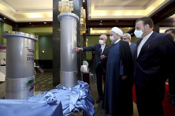 지난 10일 하산 로하니 이란 대통령이 이란 원자력청 관계자들로부터 새로운 원심분리기에 대한 설명을 듣고 있다. AP=연합뉴스