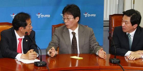 2011년 11월 당시 한나라당(국민의힘 전신) 최고위원회의에서 홍준표(왼쪽) 대표와 유승민 최고위원, 원희룡 최고위원(오른쪽)이 이야기하고 있다. 내년 대선에서 이들은 모두 야권의 대선 후보군으로 분류되고 있다. 중앙포토