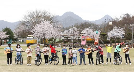 지난 8일 전남 화순 천태초 학생들이 자전거와 악기를 들고 체험 야외 수업을 하고 있다. 이곳에 농촌유학을 온 서울 학생 3명과 지역 학생 은 다양한 생태·체험 교육을 경험하고 있다. 프리랜서 장정필