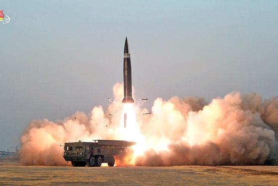 북한이 지난달 25일 시험 발사한 신형 전술 유도탄. 북한의 핵·미사일 전력 증강은 한국 안보에 엄청난 위협이 되고 있다. [조선중앙TV 캡처]