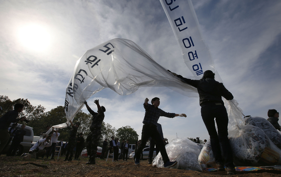 탈북자 단체들이 2016년 4월 경기도 파주시 접경지역에서 대북 전단을 날리는 모습. [연합뉴스]