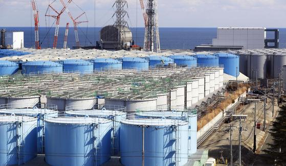 일본 정부가 후쿠시마 제1원전 부지에 보관중인 방사능 오염수를 바다에 방류하기로 13일 공식 확정했다. 사진은 오염수를 담아둔 대형 물탱크가 늘어져 있는 모습. [후쿠시마 교도=연합뉴스]