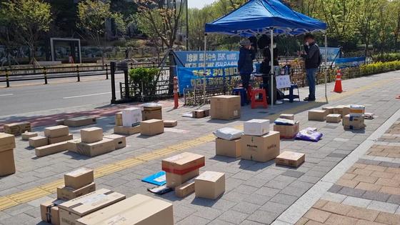 지난 14일 서울 강동구 고덕동에 위치한 한 아파트에서 개별택배 배송이 중단됐다. 15일 인근 상가 도보에서는 택배노조측이 주민들에게 택배들을 나눠줬다. 최연수기자