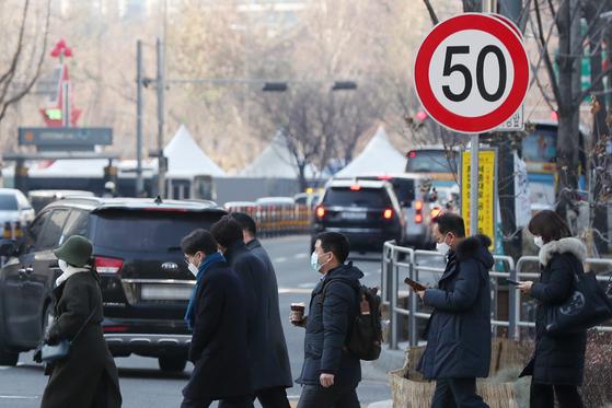 서울 중구 을지로1가 사거리에 시속 50km 이하 주행을 알리는 속도 제한 표지판이 설치돼 있다. 뉴스1