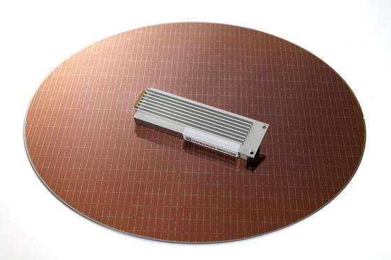 SK하이닉스가 내놓은 신제품 SSD. 풀HD급 영화 한편을 1초에 저장할 수 있다. [사진 SK하이닉스]