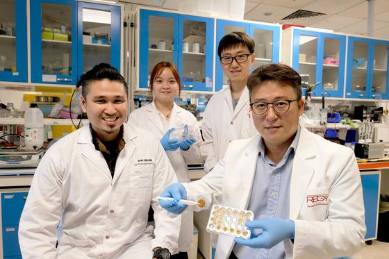 꽃가루를 활용해 친환경 스펀지를 개발한 공동 연구팀. 조남준 난양공대 교수가 스펀지를 들고 있다. 조남준 교수