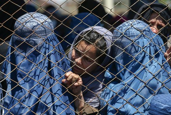 아프가니스탄 수도 카불의 여성. 이들이 착용한 푸른색 부르카는 무슬림 원리주의자들 사이에선 반드시 착용해야 하지만 영미권에선 여성 차별의 아이콘으로 여겨지고 있다. 로이터=연합뉴스