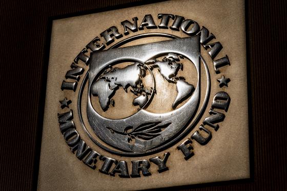 미국 워싱턴에 위치한 국제통화기금(IMF) 본부 현판. AP=연합뉴스