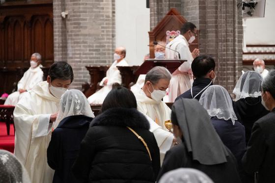 한국 천주교 주교단이 2020년 3월 10일 서울대교구 명동성당에서 교황 선출 기념 미사 중에 신자들에게 성체를 나누어주고 있다. [사진 한국천주교주교회의]