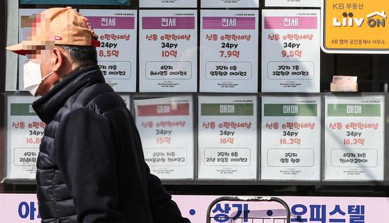 임대차3법의 마지막 퍼즐인 전월세 신고제가 6월 1일부터 본격 시행된다. 서울 서대문구의 한 부동산 중개사무소의 모습. 연합뉴스