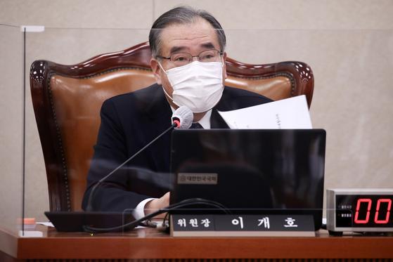지난 3월 17일 국회에서 열린 농림축산식품해양수산위원회 전체회의에서 이개호 위원장이 발언하고 있다. 오종택 기자