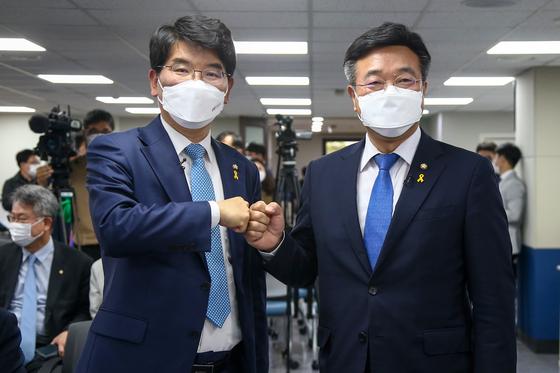 15일 서울 여의도 더불어민주당 중앙당사에서 열린 원내대표 후보자 합동토론회에서 박완주(왼쪽) 후보와 윤호중 후보가 주먹인사를 하고 있다. 오종택 기자