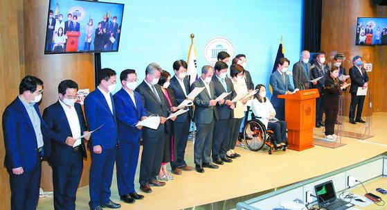 더불어민주당 초선의원들이 9일 오후 국회 소통관에서 기자회견을 열고 보궐선거 패배에 대한 입장문을 발표하고 있다. [뉴스1]