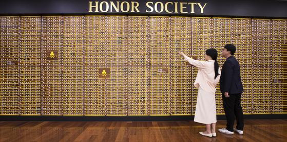 서울 중구 정동의 사회복지공동모금회에 기부자 이름이 벽면을 빼곡히 채우고 있다. 임현동 기자