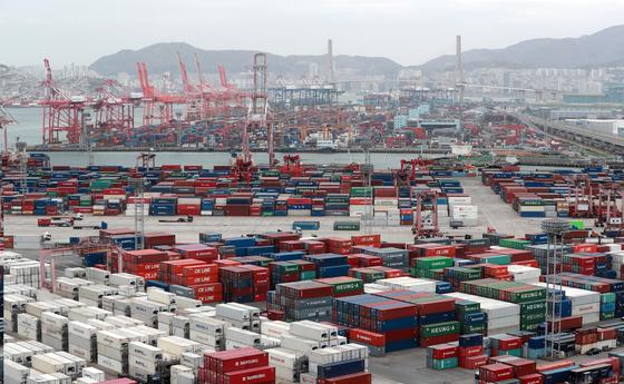 지난 1일 분주한 부산항의 모습. 지난달 우리나라 수출이 두 자릿수대로 증가하며 5개월 연속 증가했다 [연합뉴스]