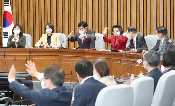 국민의힘 윤창현 의원(왼쪽 세 번째) 등 초선의원들이 14일 서울 여의도 국회에서 열린 초선의원 간담회에서 회의에 앞서 인사하고 있다. 오종택 기자