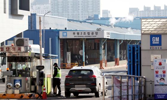 한국GM 부평 2공장. 차량용 반도체 품귀로 인해 부평 1·2공장이 19일부터 1주일간 문을 닫는다. 연합뉴스