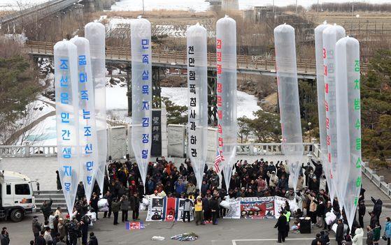 지난 2011년 2월 탈북민 단체가 임진각에서 대북전단을 날리는 모습 [중앙포토]