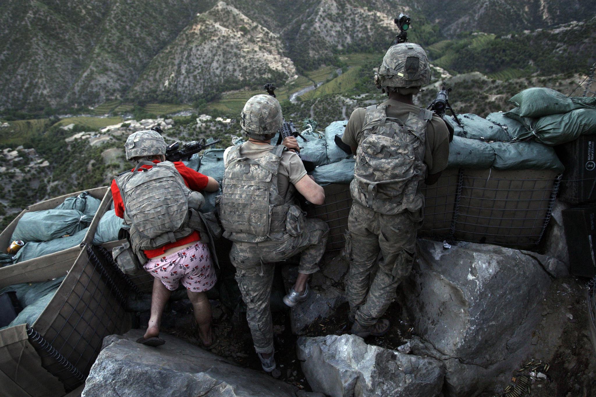 미 육군 보병이 2009년 5월 11일 아프가니스탄 쿠나르 주의 코렌갈 계곡 진지에서 탈레반의 사격을 받은 뒤 경계를 하고 있다. 미국 포트 워스 출신의 자카리 보이드 병사(왼쪽)은 잠을 자다가 황급히 전투에 투입되면서 미처 바지를 입지 못했다. 팬티의 무늬는 'I love NY' 이다. AP=연합뉴스