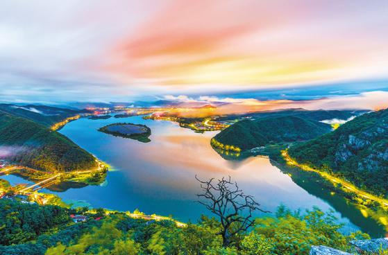 천혜의 산과 호수의 도시 춘천에 오는 9월 삼악산 케이블카와 내년 상반기 레고랜드가 추가로 개장되면 춘천 여행의 즐거움이 배가될 것으로 보인다. 사진은 사진은 제14회 춘천관광전국사진공모전 입상작인 아름다운 의암호반의 야경. [사진 춘천시]