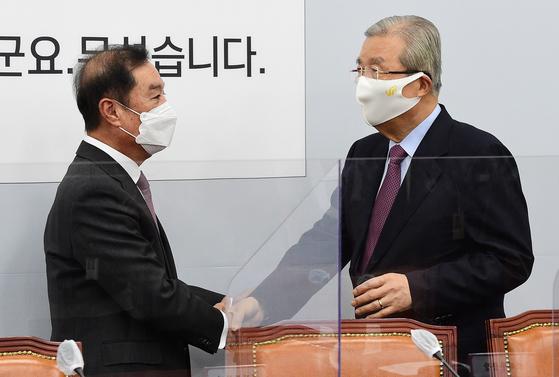 김종인 전 국민의힘 비상대책위원장(오른쪽)과 김병준 전 자유한국당 비상대책위원장이 2020년 1월 국회에서 열린 원외 시도당위원장 간담회에서 인사를 나누고 있다. 오종택 기자