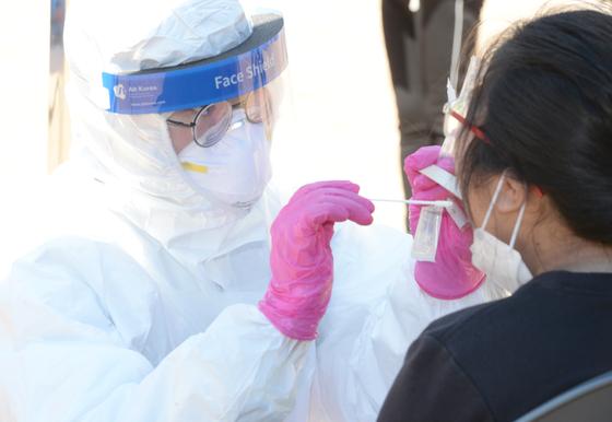 7일 오전 울산 남구의 한 초등학교에 마련된 코로나19 임시 현장 선별진료소에서 학생이 검사를 받고 있다. 뉴시스