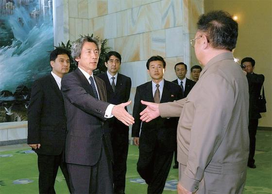 2002년 9월 방북한 고이즈미 준이치로 당시 일본 총리(왼쪽)가 김정일 국방위원장(오른쪽)을 만나 악수하고 있다. 뒤쪽에 아베 신조 당시 일본 관방장관도 서 있다. [중앙포토]