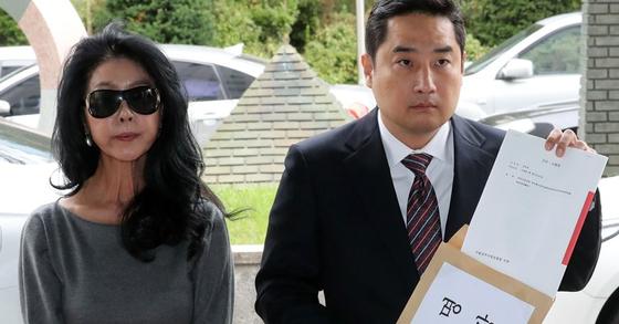 2018년 9월 영화배우 김부선(왼쪽)씨가 법률대리인 강용석 변호사와 함께 이재명 지사 상대로 검찰에 고소장을 제출하고 있다. 연합뉴스