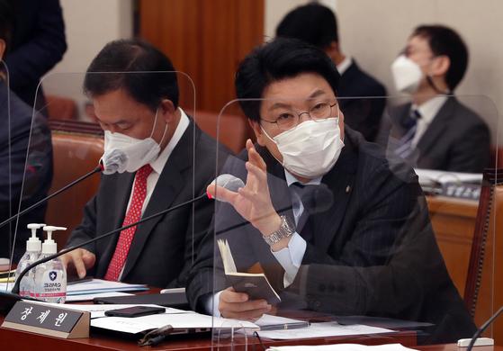 장제원 국민의힘 의원이 지난해 11월16일 국회 법제사법위원회 전체회의에서 질의하고 있다. 연합뉴스