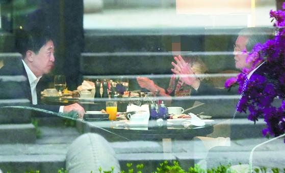 김종인 전 국민의힘 비상대책위원장과 금태섭 전 의원이 16일 오전 서울 소공동 웨스틴 조선호텔에서 회동하고 있다. 뉴시스