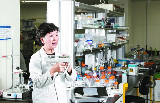 우정원 제넥신 대표 이사가 7일 경기도 판교 본사에서 개발 중인 코로나19 백신 GX-19N에 대해 설명하고 있다. 손에 들고 있는 것은 GX-19N을 위한 특수 주사기다. 전기자극으로 세포를 열어 DNA백신 약물이 잘 전달되도록 만들었다. 김경록 기자