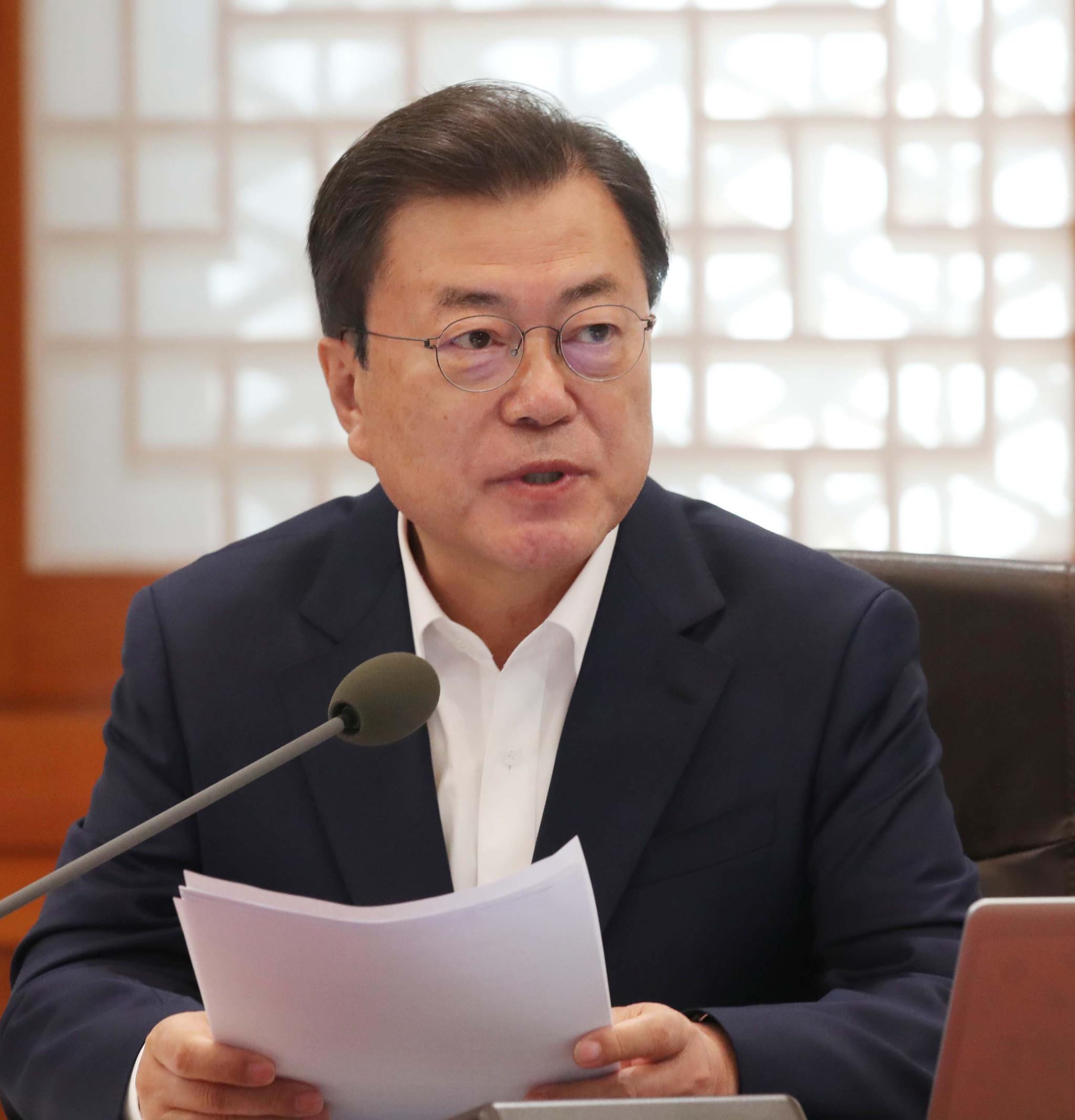 문재인 대통령이 15일 오후 청와대에서 열린 확대경제장관회의에서 발언하고 있다. 청와대사진기자단