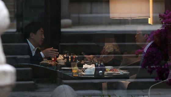 김종인 전 국민의힘 비상대책위원장과 금태섭 전 의원이 16일 오전 서울 중구의 한 호텔에서 조찬 회동을 갖고 있다. 뉴스1