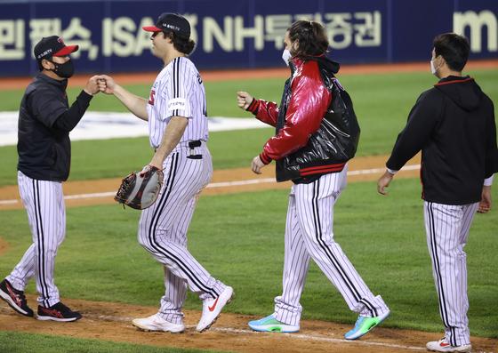 LG 류지현 감독(왼쪽)이 두산전 승리의 주역인 라모스(왼쪽에서 두 번째), 켈리(오른쪽에서 두 번째)와 기쁨의 인사를 나누고 있다. [연합뉴스]