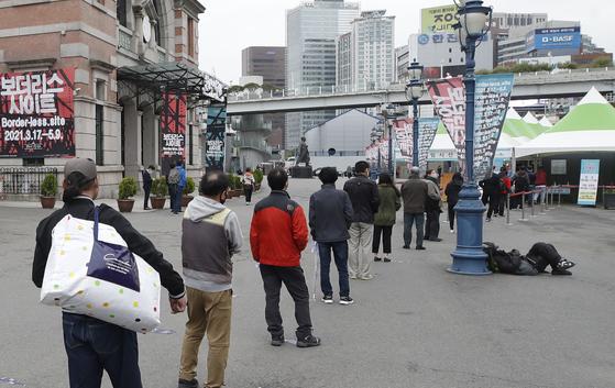 16일 오전 서울 중구 봉래동 서울역 광장에 마련된 중구 임시선별진료소에서 시민들이 검체검사 순서를 기다리고 있다. 뉴스1