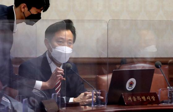 오세훈 서울시장이 지난 13일 오전 서울 종로구 정부서울청사에서 영상으로 열린 국무회의에 참석해 자리하고 있다. 임현동 기자