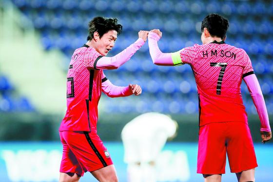 손흥민(오른쪽)과 황의조가 나란히 AFC 이주의 해외파 후보군에 이름을 올렸다. [사진 대한축구협회]