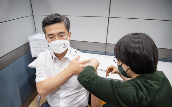 오는 6월 해외 출장 일정이 있는 서욱 국방부 장관이 16일 오전 국군수도병원에서 코로나19 아스트라제네카 백신을 접종하고 있다. [사진 국방부]